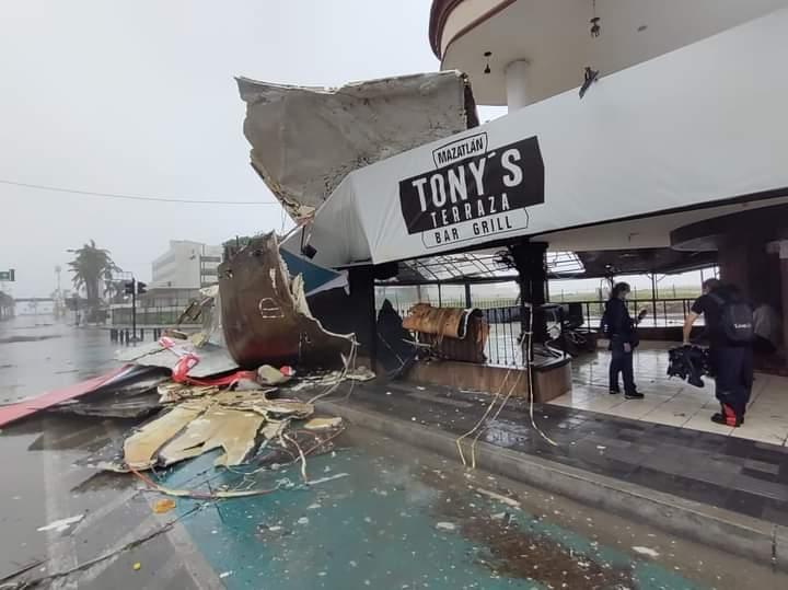 Desplome de techo en Bar Tonys en Mazatlán. Foto Cortesía